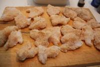 2 skjær filetene i jevnstore stykker, dypp i melk og vend i krydret griljermel