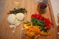 3 skjær opp løk og strimle paprikaen, knus og hakk hvitløk og finhakk salvie