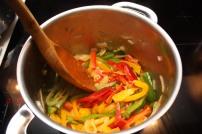 8 stek deretter paprika og hvitløk i kjelen sammen med løken - fyll på med hvitvin og hvitvinseddik