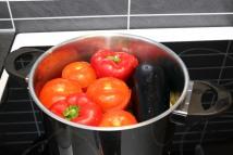 Så er det bare å fylle på med vann og la koke en snau time. Foto Marte Krogstad