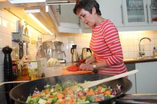 2 Grønnsakene (som gjerne kan varieres) skjæres i passe store biter