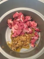 3 Her har jeg først brunet krydderet, blanket løken - og blander deretter i kjøtt-terningene