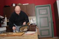 5 Fyllet legges på halve lefsa, kantene pensles med egg før den brettes over