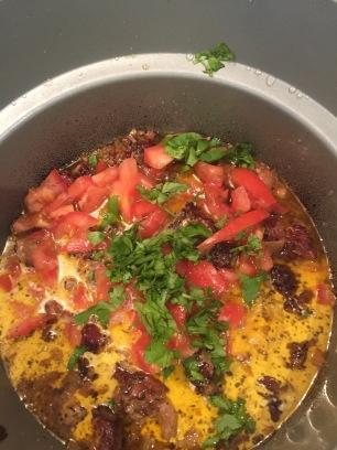 6 Til slutt has tomater og krydderurtene i gryta - og du har en utrolig velsmakende rett!