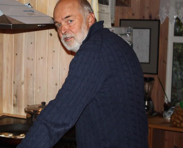 Bjørn Aurebekk i et sjeldent øyeblikk foran komfyren II