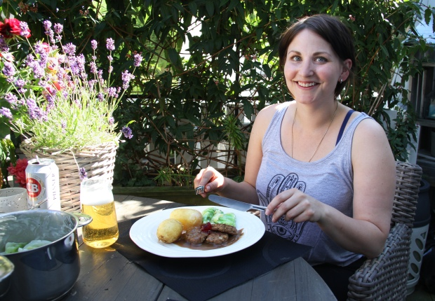 Å sitte sammen rundt bordet og spise - det er hyggelig, det! Foto Marte Krogstad.jpg