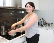 Karla Tvedt synes det er greit å lage en stor porsjon når hun først er i gang. Da går det litt i fryseren også. Foto Marte Krogstad