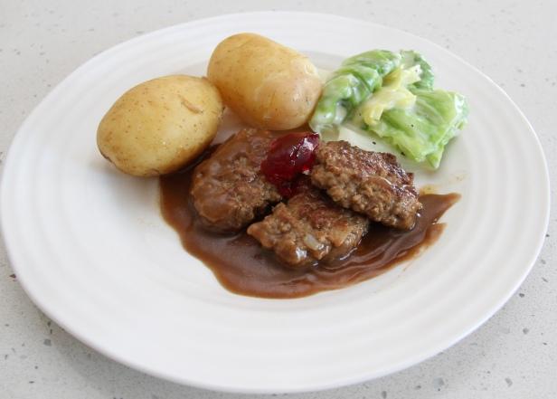 Karlas knallgode kjøttkaker i brun saus - med kålstuing, kokte poteter og ripsgele. Foto Marte Krogstad