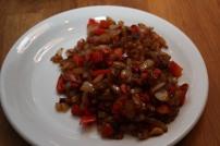 Løk, paprika, hvitløk og chili har fått en forsiktig omgang i stekepanna