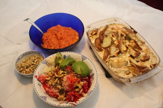 Salsa, nøtteblanding, råkost og potetform - det er klart for servering