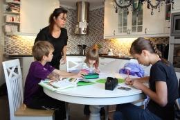 3-Imens kan mamma hjelpe Thomas (8 år), Elisa (5år) og Maria (13 år) med leksene