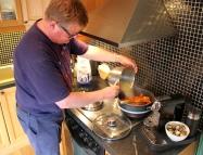 Etter å ha frest rekeskall i smør, skal de koke en halv times tid i fiskebuljong Foto Marte Krogstad