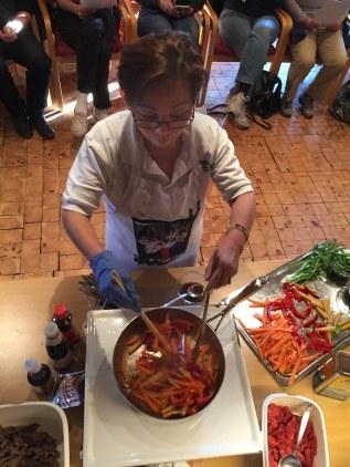 Hoa Vu gir grønnsakene en rask omgang i varm panne