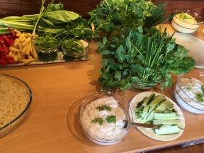 Ja, jeg har juksa litt, sier Hoa Vu, og viser til vaskede grønnsaker og kokte nudler