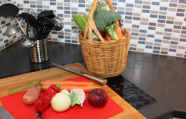 Sjekk grønnsaksskuffen i kjøleskapet. Suppler hvis nødvendig.