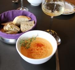Suppa kan brukes som forrett - eller bare som en smårett i seg selv. Godt brød er viktig å ha til! Foto Marte Krogstad