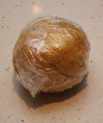 3 Pakk deigen i plasfolie og la hvile 1 time i kjøleskapet