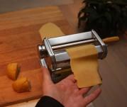4 Sveiv passe stykker deig gjennom rullene i pastamaskinen, tynnere for hver gang