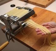 5 Bytt til pastakutter og kjør de flate pastaplatene gjennom en etter en