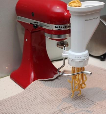 7 Moderne pastapresse er tilbehør til kjøkkenmaskiner. Her må deigen deles i valnøttstore stykker og kvernes ut i ønsket form, som her Bucatini.