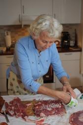 2 Så legges strimler av bog, finhakket sjalottløk, salt og pepper på slagsiden